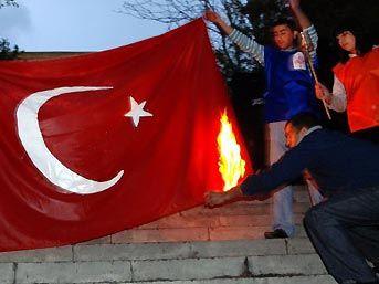 Erivanda türk bayrağı yakıldı..
